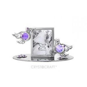 Fotorāmītis kāzu ar balodīšiem, uz pamatnes, ar SWAROVSKI kristāliem, sudraba pārklājums. Izmērs 12 x 5,5 x 6,5 cm. Fotogrāfijas izmērs: 3,7*5 cm.