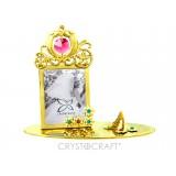 .Foto-rāmītis kāzu, ar SWAROVSKI kristāliem, zelta pārklājums. Izmērs 12 x 5,5 x 10,5 cm. Fotogrāfijas izmērs: 3,7*5 cm.