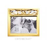 ..Foto-rāmītis kāzu ar SWAROVSKI kristāliem, zelta pārklājums. Dāvanu kastītē. Izmērs 17 x 15 cm. Fotogrāfijas izmērs 10*15 cm.