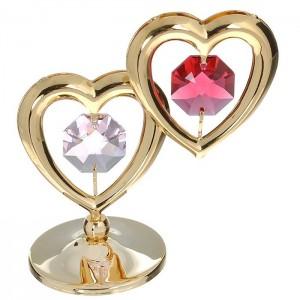 Divas sirdis ar SWAROVSKI kristāliem, uz pamatnes, zelta pārklājums. Izmērs 5 x 7 cm.