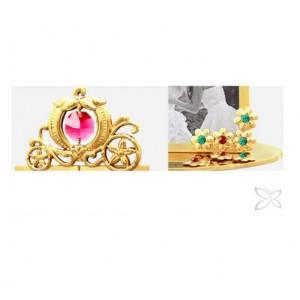 Fotorāmītis kāzu, uz pamatnes, ar krāsainiem SWAROVSKI kristāliem, zelta pārklājums. Izmērs 12 x 5,5 x 10,5 cm. Fotogrāfijas izmērs: 3,7*5 cm.