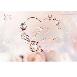 """Uzraksts """"Love"""" sirds formā ar puķēm, ar SWAROVSKI kristāliem, rozā zelta pārklājums. Izmērs 11,5 х 12,2 cm."""